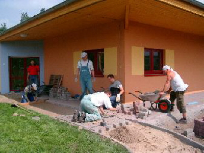 Wegebau mit gespendeten Materialien